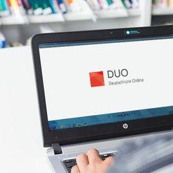 "decorative picture: laptop with website ""DUO learning materials"""